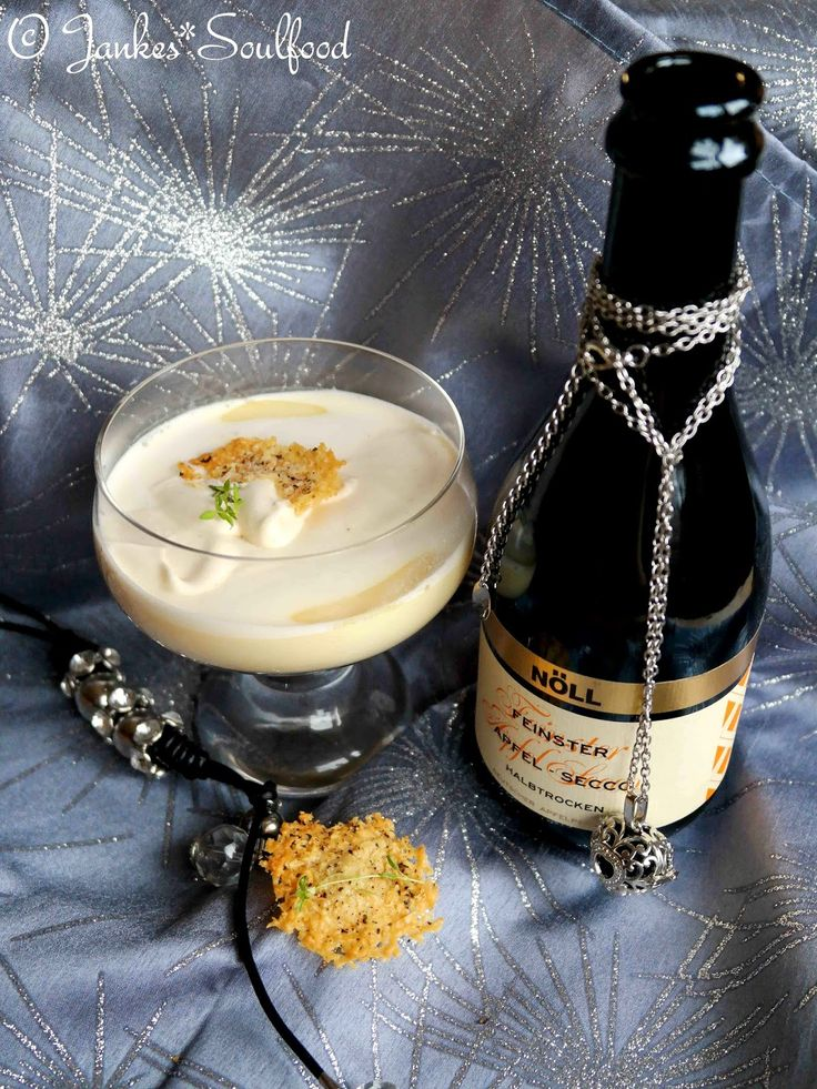Prosecco Suppe mit Parmesanchips