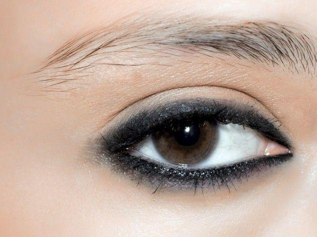 Questo modo di portare l'eyeliner ricorda il fascino dello smokey eyes.