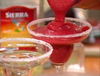 Das perfekte Frozen Strawberry Margarita-Rezept mit Bild und einfacher Schritt-für-Schritt-Anleitung: Alle Zutaten mit reichlich Crushed Ice in einem…