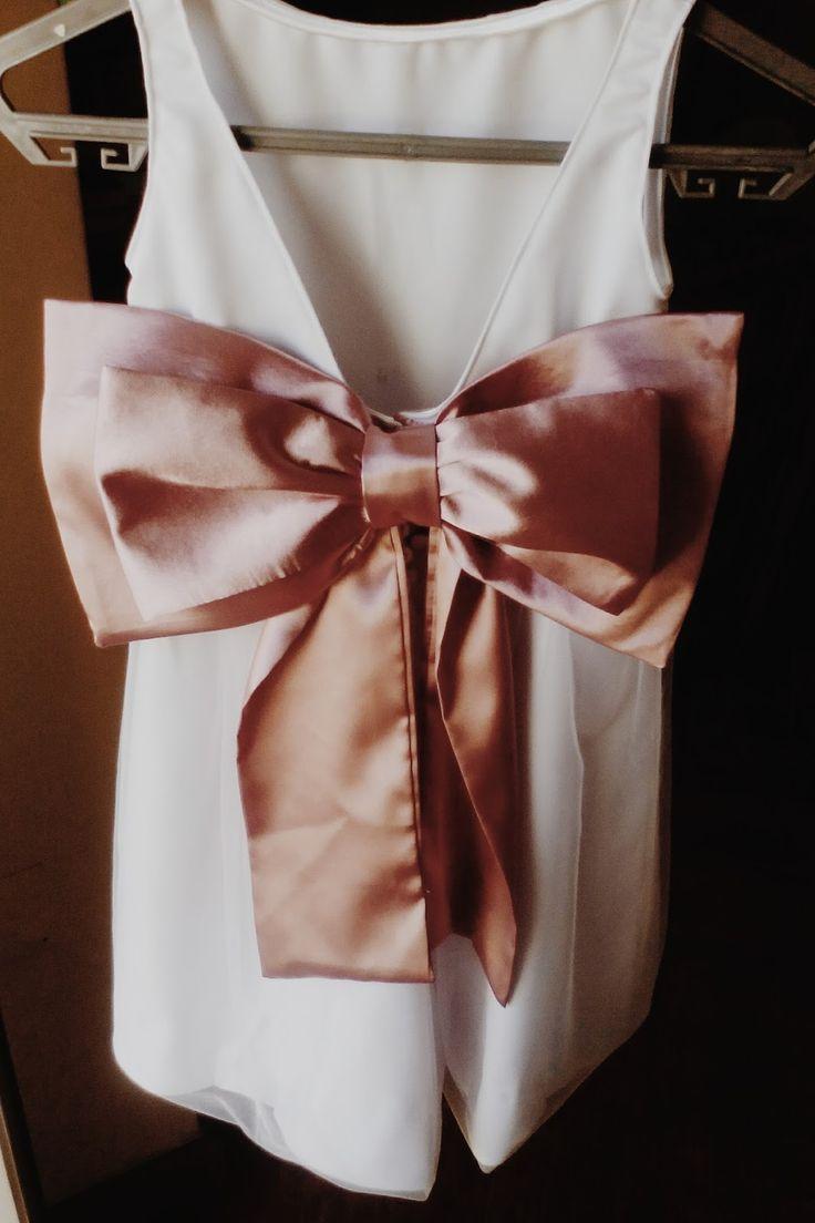 Há uns dias atrás, costuramos 3 vestidos para 3 meninas que iam ser as meninas-das-alianças num casamento. Cada vestido levava um grande la...