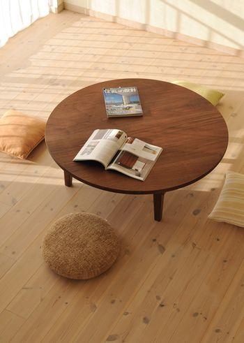 ウォルナットの木目の質感が素敵なちゃぶ台。明るい部屋に置くと、存在感が抜群です。4人が丸く座れる余裕のサイズです。