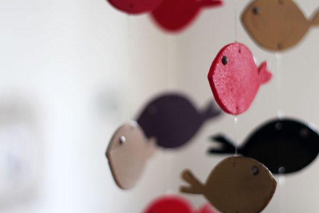 """Mobile, Fischbande """"Soe´n the Gang"""", 17 bunte Fische, Holz 4x Gold 1x Schwarz 2x Weiß 3x Lila 1x Brombeer 4x Leucht-Rot 2x Pink  Größe/Maße/Gewicht 17 bunte Fische HxB(Gesamt): ca. 60cm x 18cm HxBxT(1 Fisch): ca. 4,8cm x 9,4cm x 0,5cm  Verwendete Materialien Holz, Lack, Plastikperlen als Augen  Herstellungsart Mit ♥LIEBE♥ von Hand hergestellt.."""