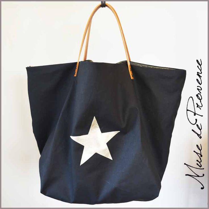 Ce sac de plagede taille maxi - ou maxi cabas réversible est en jean noir enduit avec le petit accent, l'étoile doré..  Pièce unique de créateur.  EXTERIEUR- en jean noir enduit et étoile en cuir doré  INTERIEUR- et côte réversibleen tissu matelassé or-bronze avec1poche  2 anses en cuir épais vieilli fixé aux rivets laiton, anse ton cuirnaturel  DIMENSIONS (environ) L75cm / H60cm / Anses L42cm