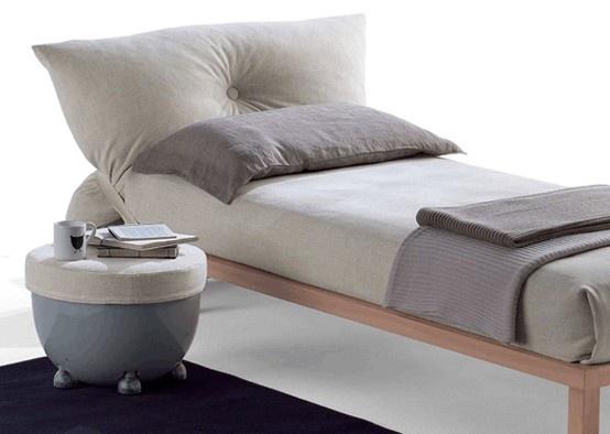 galli_grancuscino. questo letto è caratterizzato da un enorme cuscino in centro al quale campeggia un grande bottone. la testata a forma di cuscino è unita alla struttura del letto da una cinghia.
