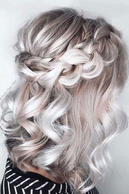 Frisur: geflochtenes lockiges Haar
