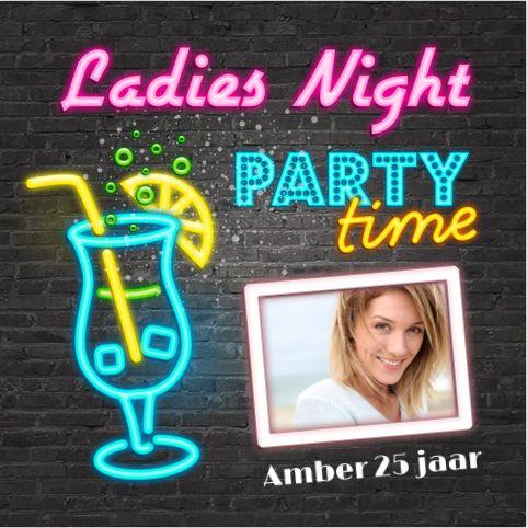 Hippe enkele uitnodiging voor bijvoorbeeld je 25ste verjaardag? Met neon effect, cocktail glazen en lightbox-letters op een stoere stenen muur. Alles is geheel zelf aan te passen. Enveloppen zijn los bij te bestellen.