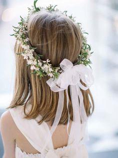 É legal quando o look da daminha combina com o estilo do casamento e da noiva. Se o casamento é diurno e ao ar livre, uma coroa de flores cairá super bem, se o casamento…
