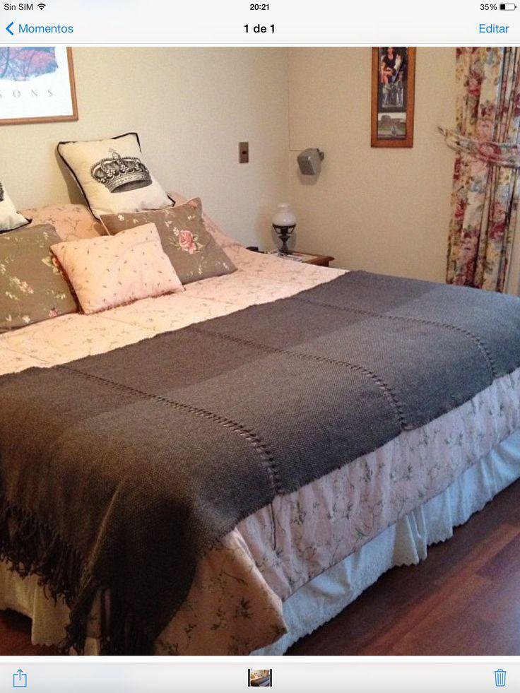 Piecera para cama de 2 x 2 se pueden hacer cojines a petición del cliente. Lana natural. Estará en venta en Materia Prima del 24 al 27 de octubre en stand Poyen.