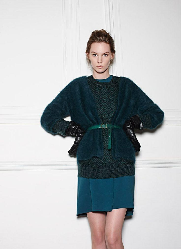 ¡Adiós al frío! Vestido de seda, Marc by Marc Jacobs. Suéter estampado, cárdigan, cinturón y guantes en piel, todo H&M.