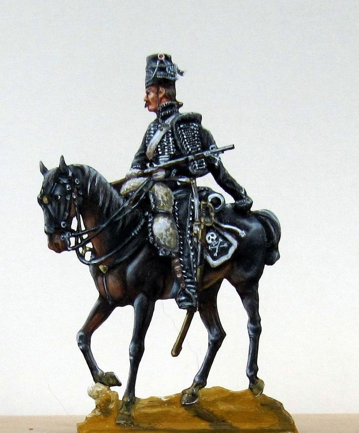 Hussard de la mort. Plat d'étain en 54 mm. Peinture Eric TALMANT. Si l'uniforme des hussards français était toujours de coupe autrichienne au début de la Révolution, le mirliton était plutôt d'inspiration prussienne... Mais l'équipage du cheval dit à la hongroise était proprement français !