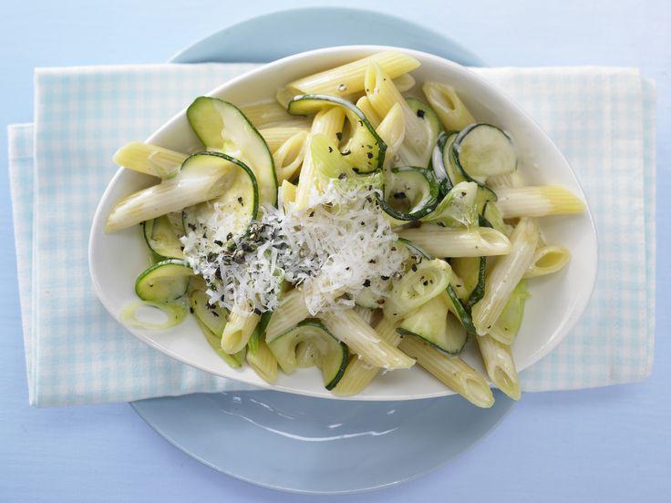 Pasta Rezept:  Cremige Zucchininudeln - mit Parmesankäse | Kalorien: 556 Kcal - Zeit: 30 Min. | http://eatsmarter.de/rezepte/cremige-zucchininudeln