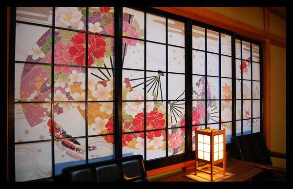 障子は日本古来の建具の1つです。しかし、生活様式が洋風化してきたこともあり、敬遠されがちな建具となってしまいました。そんな障子を現代風にリメイクしてみませんか。少し手を加えるだけでビックリするほどおしゃれな部屋に生まれ変わります。