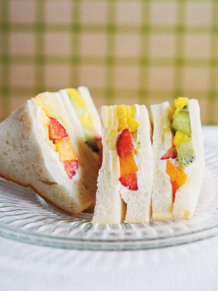 パン全体に行きわたるクリームの絞り方がコツ! 『ELLE a table』はおしゃれで簡単なレシピが満載!