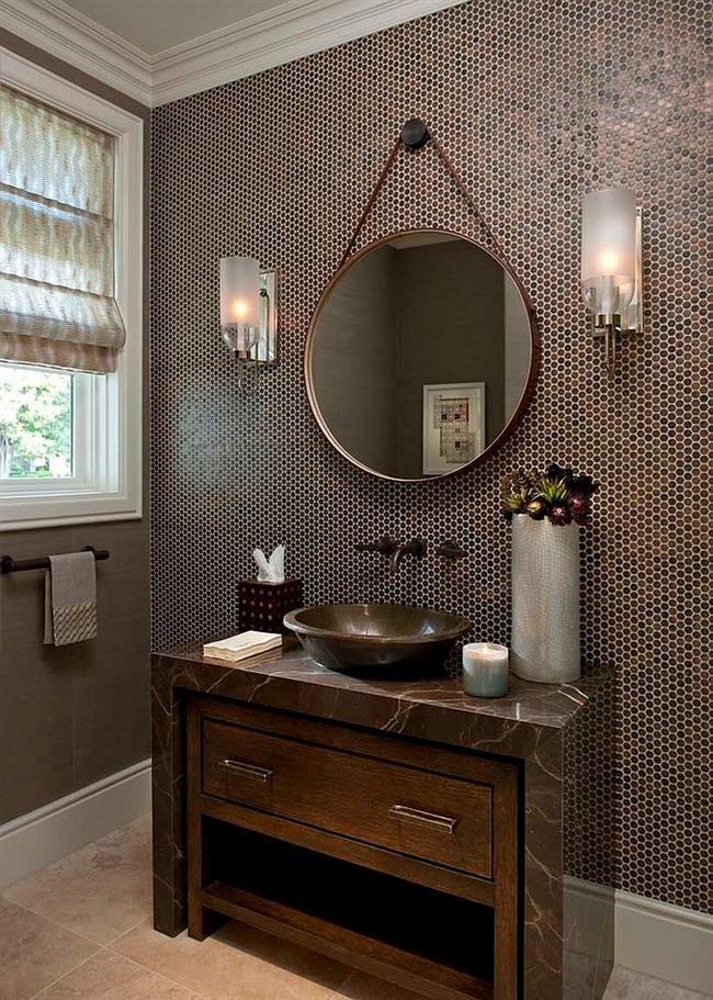 Ванная комната, украшенная круглой коричневой мозаикой.