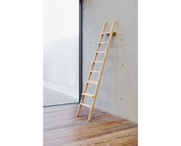 HochAcht von Moormann ist von großer Stabilität und zum Anlehnen gedacht. Obwohl HochAcht einer Leiter gleicht, ist es ein Sitzobjekt und somit nicht für den Gebrauch als Leiter vorgesehen. Die zweite Stufe ist als Sitz, die dritte als Lehne ausgebildet. Die oberste Stufe ist nach hinten verlängert und bietet so eine Lehnfläche für die Wand und eine Ablagemöglichkeit.