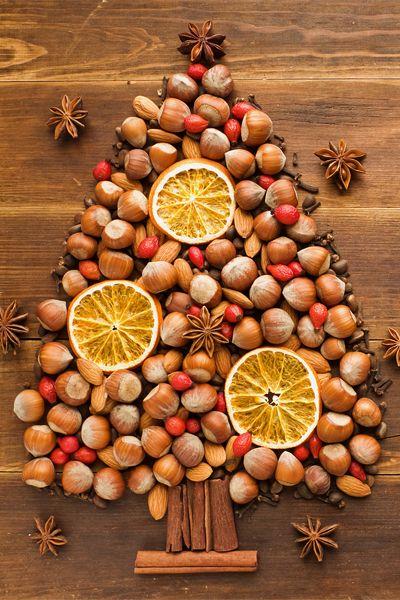 Albero di Natale fatto con frutta secca e spezie