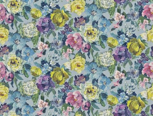 Коллекция изумительных цветочных и дамасских узоров различного масштаба, нанесенных на тяжелые нетканые основы, которые легко наклеивать на стены и можно мыть.