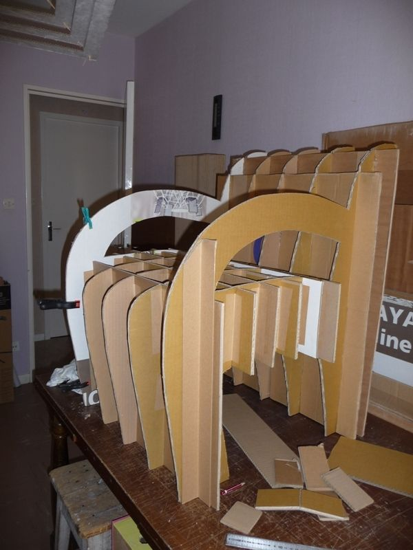 le fauteuil est montés en 1 seule pièce : dossier/assise et les accoudoirs