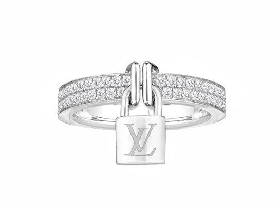 Louis Vuitton bague Lock It http://www.vogue.fr/joaillerie/shopping/diaporama/bagues-fiancailles-diamant-dior-joaillerie-cartier-chanel-chaumet-tiffany/12650/image/743732#!louis-vuitton-bague-lock-it