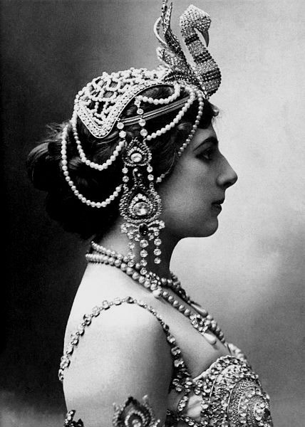 Mata Hari looking like Carolena