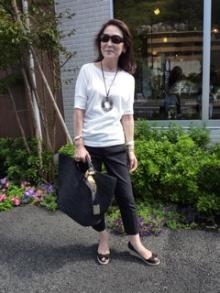 彼女の着こなしはシンプルで質の良さがポイントですが、  若い(彼女に比べれば)私たちは、にたアイテムをユニクロで(笑)  この日の母は  白いカットソーに黒のクロップトパンツ  バッグはヘレンカミンスキー  サンダルはアローズだそう。  ビッグなネックレスがエルメス。    ネックレスはハイブランドですが、マネのし易いスタイルです。  艶のあるヘアスタイルを意識し、  ユニクロやザラのアイテムでもいいのでサイズ感は重視。  といったところです。