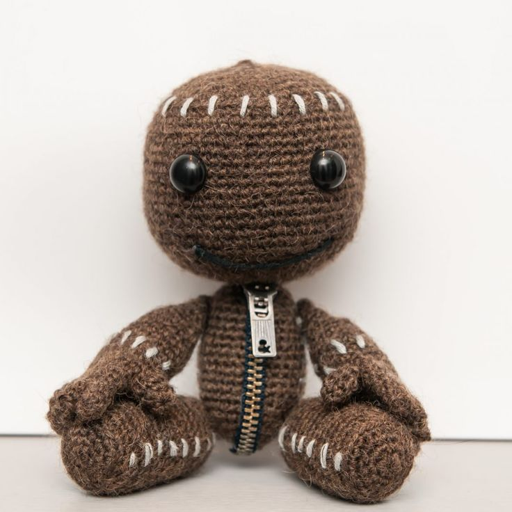 Sackboy from My little big planet - free crochet pattern at La Fee Crochette. In French with some English.