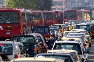 La saturación en las vialidades y los malos servicios de transporte público incentivan la compra de autos.
