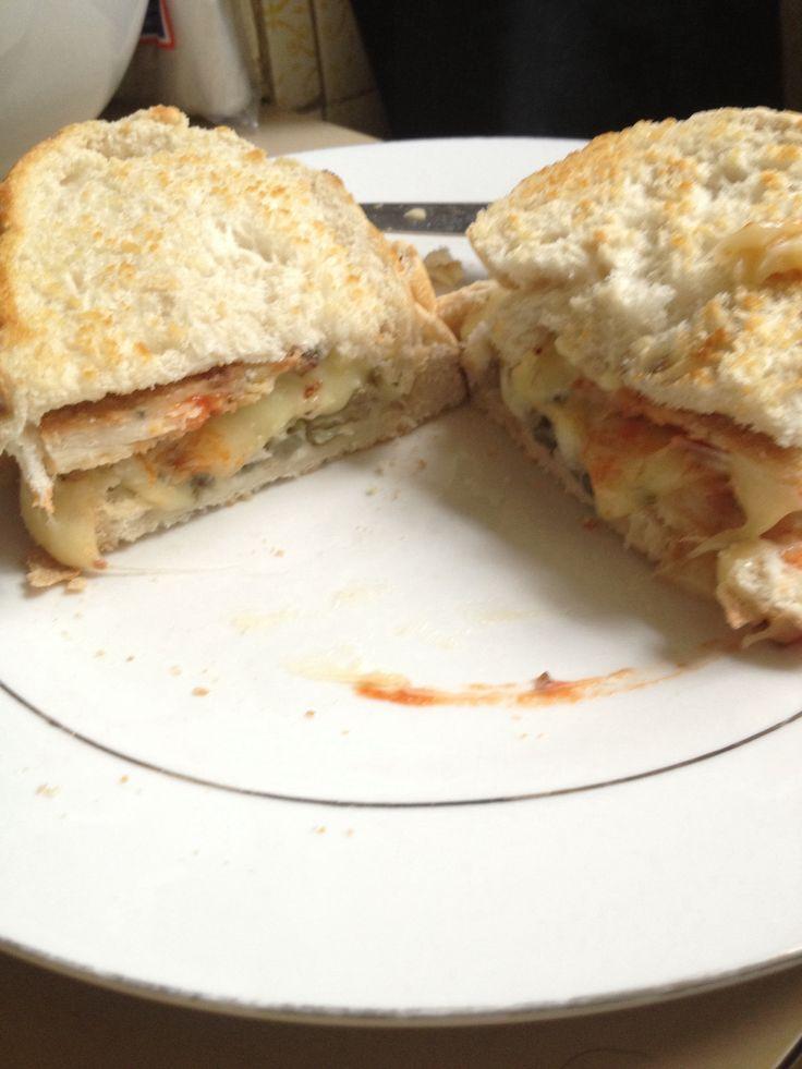Sandwich de milanesa de pollo muzzarella alcachofa y ketchup en pan de campo