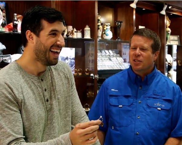 [Pic] Duggar Family News: Jeremy Vuolo Buys Engagement Ring For Jinger - http://www.morningledger.com/duggar-family-news-jeremy-engagement-jinger/13104145/