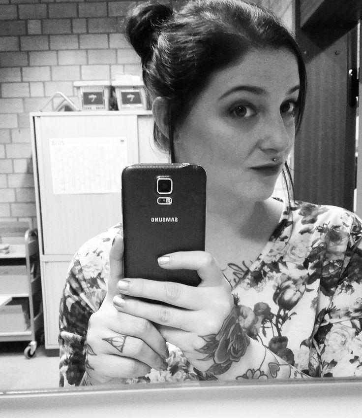 Urlaubscountdown läuft... 2 Tage noch   #blackandwhite #portrait #messybun #makeupoftheday #librarian #flowers #mirror #piercing #alternative #altgirl #paleskin #tattooed #tattooedgirls #girlswithtattoos #oldschooltattoos #inkedgirls #girlswithink #enttäuscht #overandout