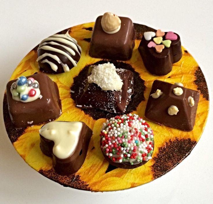 Zelfgemaakte bonbons op zelfgemaakte plateau