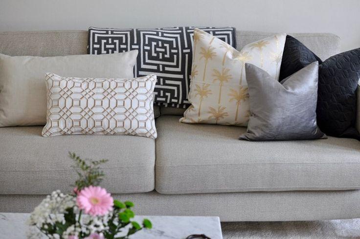 I sann art deco anda letar jag ju konstant efter detaljer att glamma upp vardagshemmet med. Denna kudde tycker jag gör precis det - sätter guldkant på soffan!