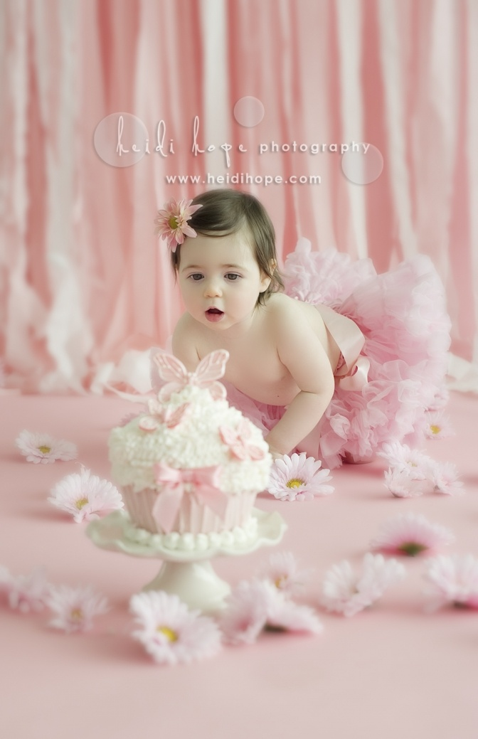 R first bday ideas... smash cake. Love all of this, the cake, background, flowers