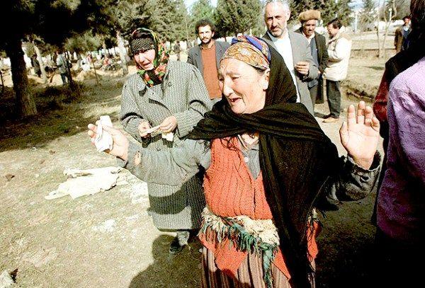 26 Şubat 1992 tarihinde Azerbaycan'ın Hocalı kasabasında, 613 kişinin Ermeni kuvvetleri tarafından toplu şekilde öldürülmesinin bugün 25'inci yıl dönümü.  Ermeni güçlerinin 1991'in sonlarına doğru ablukaya aldığı Hocalı, 936 kilometrekarelik alana sahip, 2 bin 605 ailenin, toplam 11...  #25'Inci, #Dönümünde, #Hocalı, #Katliamı, #Yıl https://havari.co/25inci-yil-donumunde-hocali-katliami/