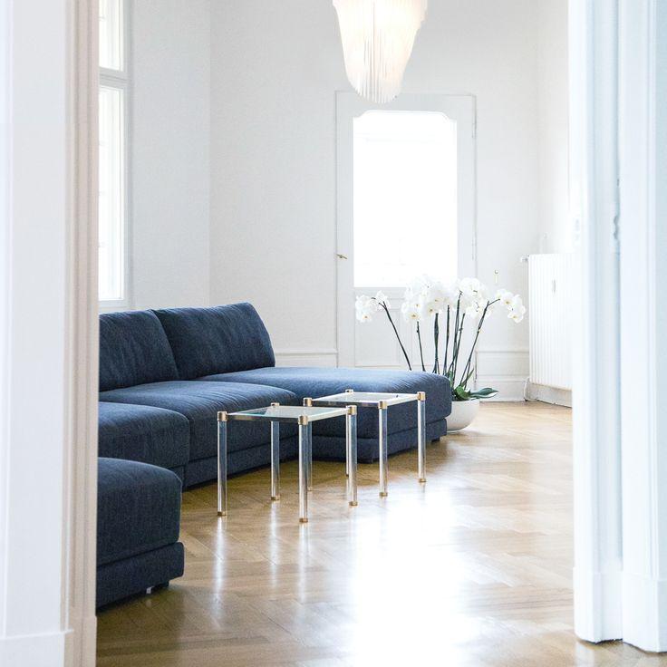 Dunkelblaue Sofas In Weißem Interieur Im Showroom Von Renetti | Creme Guides Amazing Ideas
