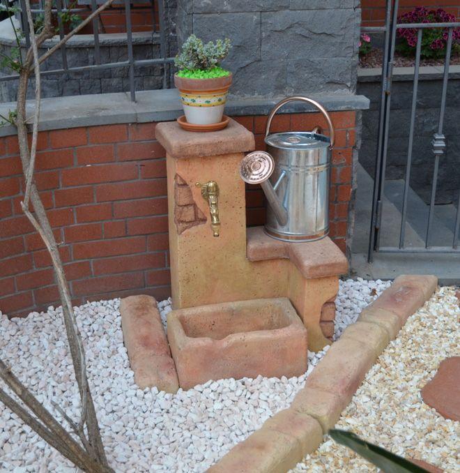 Bordura per aiuole e fontana da giardino Fonte del Casale easy, colore: pietre del borgo. Giardino di Villa Lucia, Belpasso (Catania).