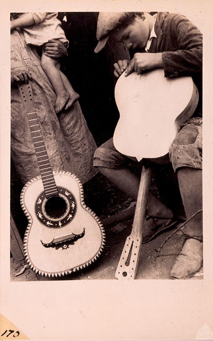 NIÑO LUTHIER REPARANDO UNA GUITARRA  Luis Benito Ramos  1935 - 1950
