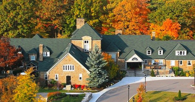 Tucked away in the Greater Toronto area of Ontario, Canada, Glenerin Inn was once a summer estate of a wealthy, Canadian lawyer, and despite her many roles throughout the years, the comfort of her guests has remained Glenerin Inn's primary goal. The Glenerin Inn & The Spa, Mississauga, Ontario #luxurylink