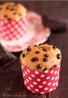 Muffin allo yogurt e gocce di cioccolato: morbidi morbidi   #muffin #chocolate #cioccolato #yogurt #colazione