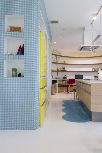 ブルーのタイルと黄色の冷蔵庫の配色がカワイイ。「冷蔵庫の黄色は、職人さんに貼ってもらったカッティングシートです」