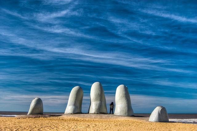 La Mano[3] (A Mão), Los Dedos[4] (Os Dedos), ou Hombre emergiendo a la vida (Homem emergindo à vida) é uma escultura de cinco dedos parcialmente enterrados na areia, localizada na Parada 4, na Praia Brava[2] em Punta del Este, um popular balneário do Uruguai. É coloquialmente referida por Los Dedos.