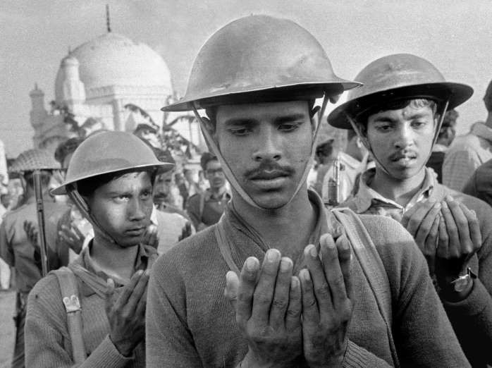 Mukti Bahini soldiers - Horst Faas, Michel Laurent/AP Soldados de Mukti Bahini unen sus manos en oración a Allah antes de torturar y ejecutar a cuatro hombres sospechosos de colaborar con los milicianos paquistaníes, acusados de asesinato y violación durante la guerra civil.