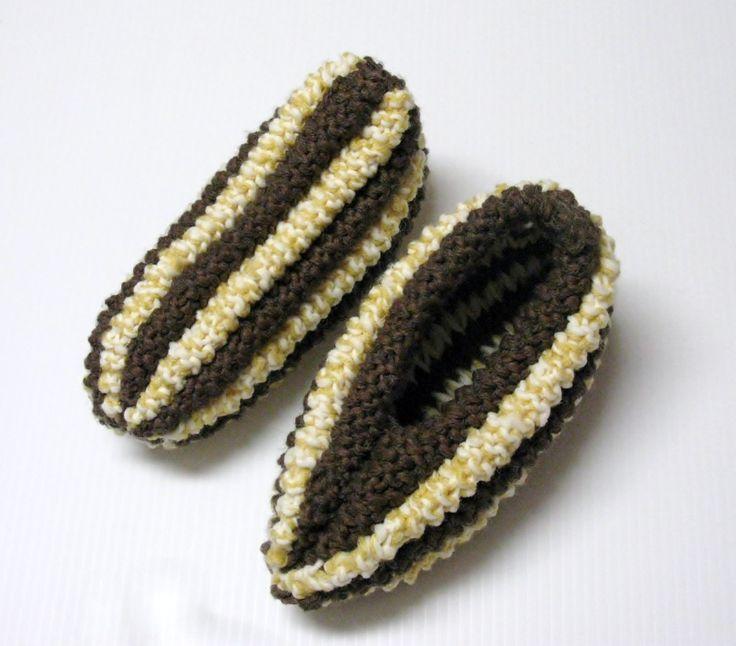 J'aime beaucoup la texture de ces pantoufles, elles sont très épaisses. On les appelle aussi pantoufles à épis de blé d'inde. Voici ma version de ce modèle. Version imprimable Fournitures : Phentex...
