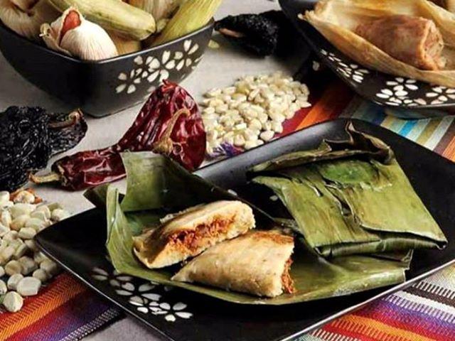 """El 2 de Febrero se celebra el Día de la Candelaria tradición católica en la cual quienes encontraron al niño dios en la rosca de reyes """"pagan"""" con tamales y atole en México. Conoce más sobre el tipo de tamales y su origen.  Link en bio o http://ift.tt/2FFd3QM  #laredo #nuevolaredo #leon #mty #cdmx #mexican #gastronomia #фото #модель #guanajuato #москва #texas #mexico #минск #киев #bosnia #romania #colombia #india #жарко #tamales #tradiciones #food"""