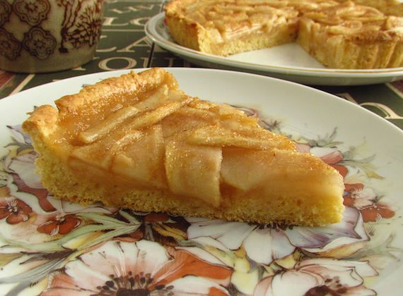 Pear and honey pie | Food From Portugal. Delicious pie prepared with a dough made with flour, egg, lemon and sugar, filled with pear, honey, lemon juice and brown sugar. http://www.foodfromportugal.com/recipe/pear-honey-pie/