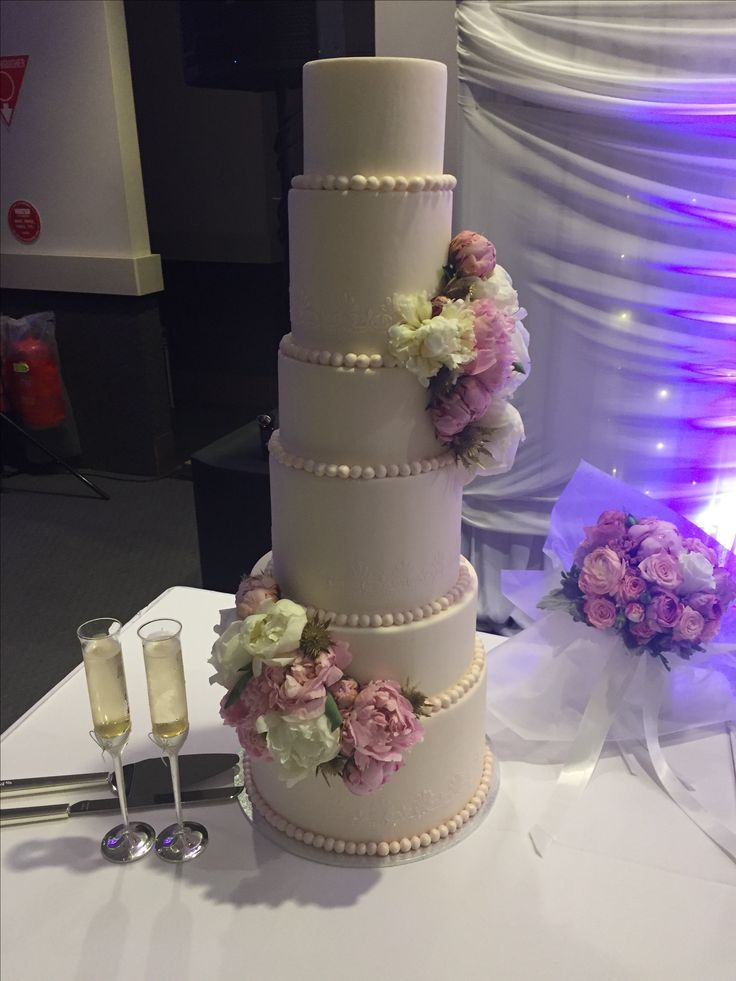 6 tier wedding cake with fresh flowers