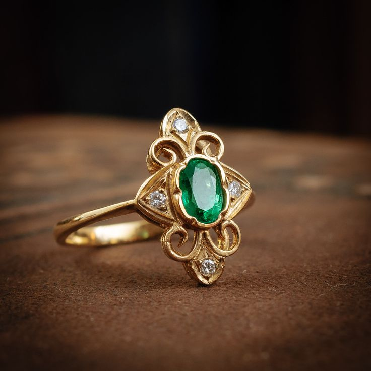 A super-nice dressy piece! Full of interest, ornamented with tendrils of gold creating a central panel around the eye-poppingly bright Emerald (approx weight 0.