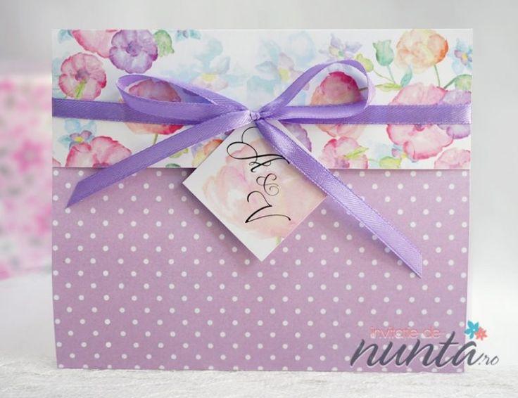 Invitatie de nunta Painted Flowers, in nuante de lila si mov, cu flori delicate pictate si fundita din satin.