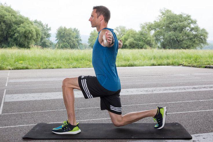 Athletischer Mann macht einen Ausfallschritt nach vorne mit Oberkörperrotation.