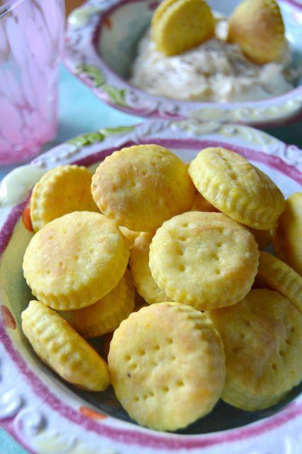Per una aperitivo con gli amici, per una stuzzicante cenetta oppure per le prossime festività questi biscottini alla curcuma e robiola sono perfetti!In cottura si sono gonfiati meravigliosamente e ricordano moltissimo...